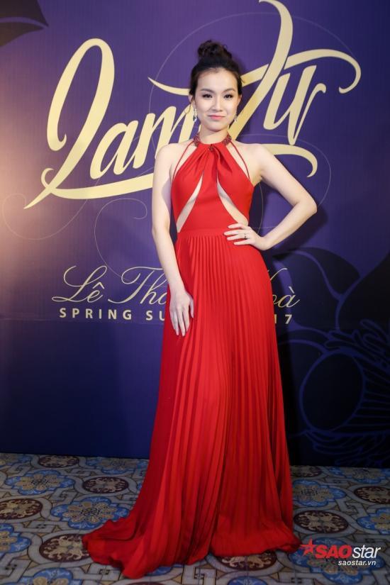 Hoa hậu Thùy Lâm diện váy áo đỏ nổi bật trên thảm đỏ, khoe nhan sắc ngọt ngào, nữ tính.
