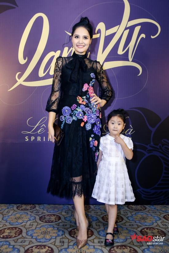 Hoa hậu Hương Giang chọn đầm ren xuyên thấu với họa tiết thêu hoa nổi bật. Cô dắt theo nhóc tỳ đáng yêu trong chiếc váy trắng, thu hút mọi ánh nhìn người hâm mộ.