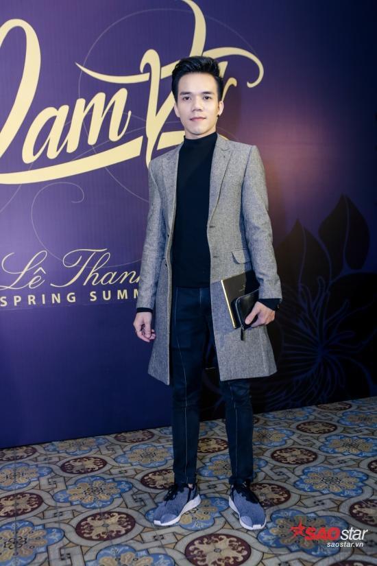 NTK Tuấn Trần với style Thu Đông đơn giản cùngtrench coat màu ghi.