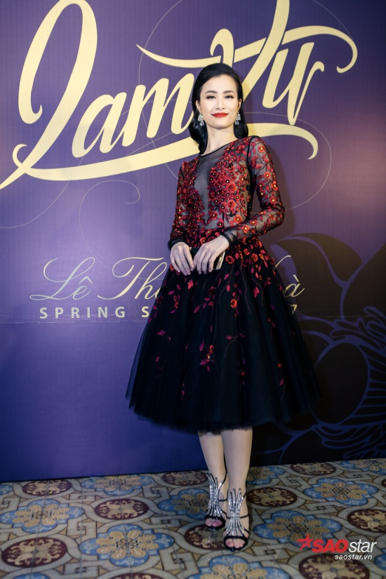 Đông Nhi diện thiết kế váy xuyên thấu được thêu họa tiết hoa đỏ trên nền vải đen, sexy hết nấc.