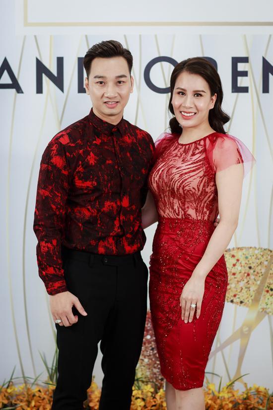 MC Thành Trung và bà xã Thu Hương cùng diện trang phục màu đỏ trong ngày khai trương. Sau 6 tháng kết hôn, Thành Trung cho biết cả hai dự định sinh em bé vào năm 2018. Thời gian này, cả hai muốn tận hưởng cuộc sống vợ chồng son. Ngoài ra,khi mở công ty, Thành Trung giữ chức giám đốc, còn Thu Hương sẽ làm trợ lý cho chồng.
