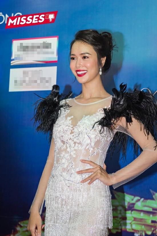 Chiếc váy trắng không quá xấu, nhưng chi tiết tông đen với chất liệu rẻ tiền, không mấy đẹp mắt hai bên vai đã khiến Vũ Ngọc Anh rơi vào top sao mặc xấu tuần qua.