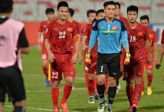 Hồ Tấn Tài (số 22) là cầu thủ bị đánh đầu tiên.