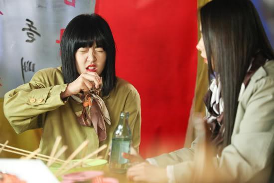 """Cảnh quay uống rượu của Na-mi ở """"Sunny""""."""