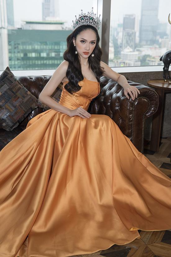 Khác với mái tóc búi cao của á hậu Diễm Trang, Hương Giang chọn kiểu tóc xoăn bồng bềnh như sóng nước.