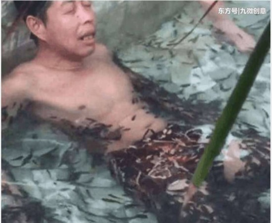 Người đàn ông ngâm cả người xuống bể cá.