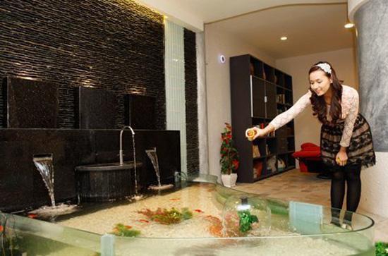 Lã Thanh Huyền đầu tư hồ cá phong cách thác nước ngay bên trong căn nhà của mình.