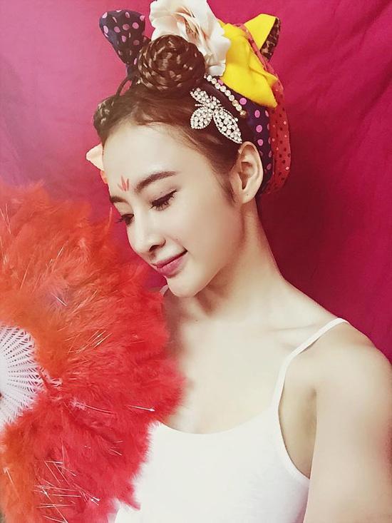 Angela Phương Trinh đằm thắm với huy hiệu hình hoa trên trán