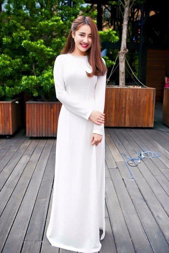 Với gương mặt ưa nhìn cùng vóc dáng khá chuẩn, Nhã Phương mặc áo dài đẹp vô cùng. từ những chiếc áo trắng đơn giản…
