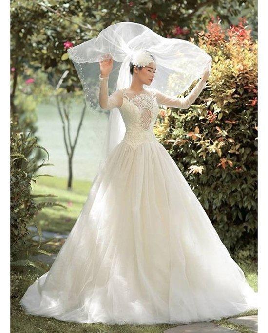 Với dáng váy xòe bồng, dù có lúp hay không, nữ diễn viên cũng vô cùng xinh đẹp.
