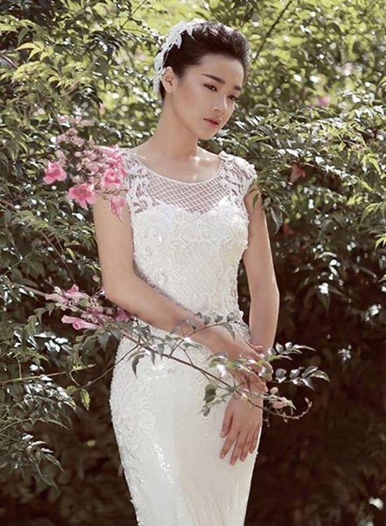 Tuy mê mải váy tùng xòe, nhưng Nhã Phương cũng từng diện rất đẹp các thiết kế phom ôm dáng đuôi cá.