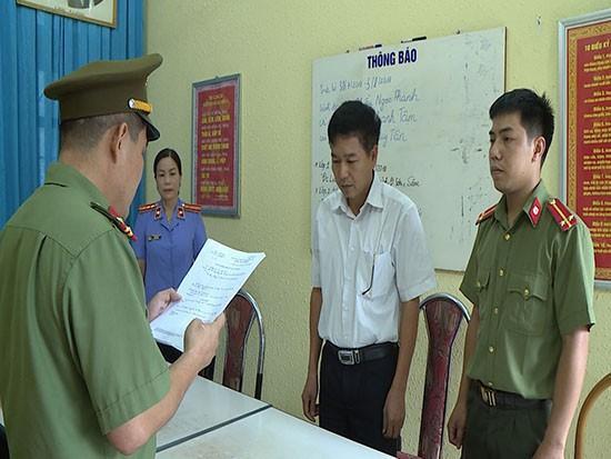 Đại diện Cơ quan an ninh điều tra Công an tỉnh Sơn La đọc lệnhh khởi tố bị can Trần Xuân Yến.
