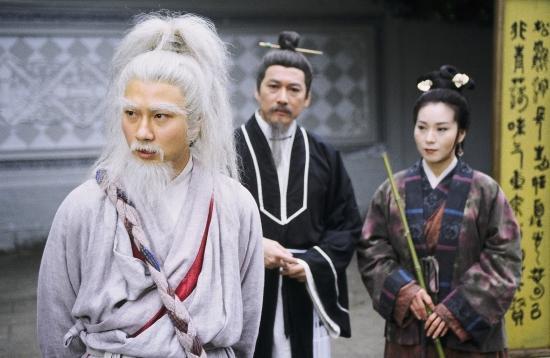 Lão Ngoan Đồng với tạo hình tóc trắng rối bù quen thuộc.