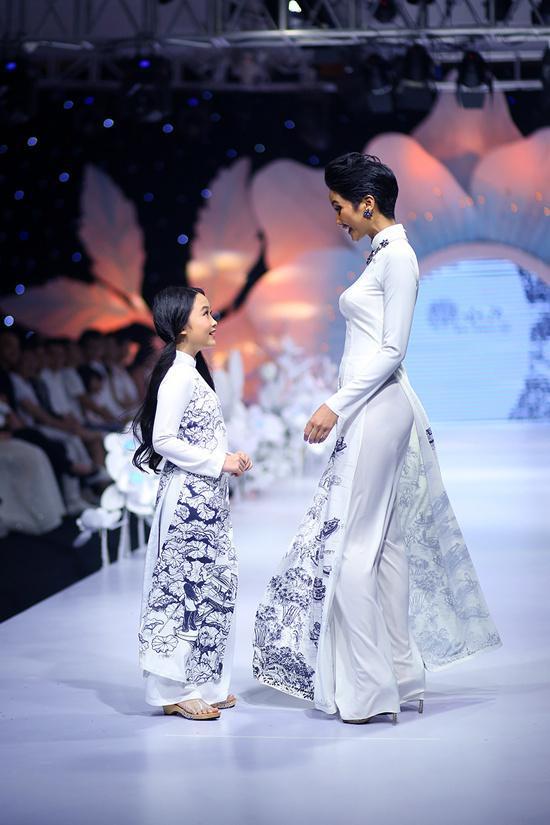 Mẫu áo dài H'Hen Niê trình diễn được NTK Thuận Việt làm riêng cho cô theo form dáng truyền thống, dùng kỹ thuật vẽ sketch.