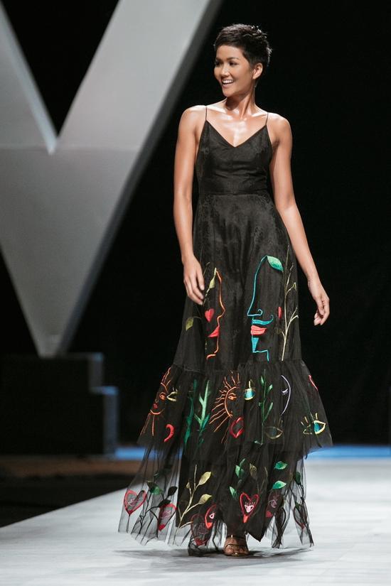 Trong bộ đầm đen hai dây quyến rũ, Hoa hậu H'Hen Niê khoe những bước catwalk đầy mạnh mẽ của mình, chứng tỏ đẳng cấp của một Hoa hậu có nhiều năm kinh nghiệm trong nghề người mẫu.