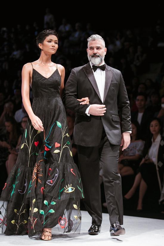 """Đặc biệt, H'Hen Niê bất ngờ khi được trao tặng danh hiệu """"Best Dress Woman in Vietnam International Fashion Week"""" với phần thưởng xuất hiện trên bìa tạp chí danh tiếng Harper's Bazaar Vietnam."""