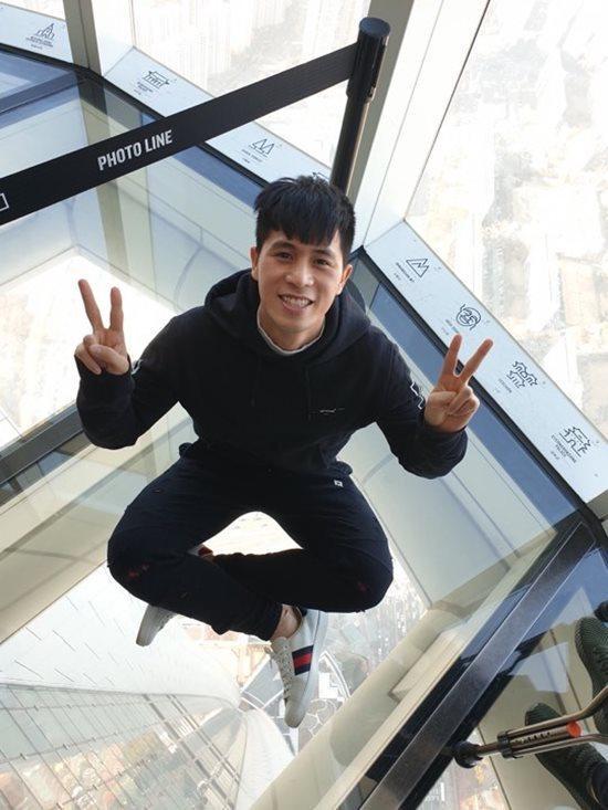 Trung vệ Trần Đình Trọng dù đang ở Hàn Quốc dưỡng thương vẫn không quên fu ngoạn dịp Tết. Anh chàng khoe street style cả cây đen cá tính cùng đôi giày Gucci có giá 17 triệu đồng.
