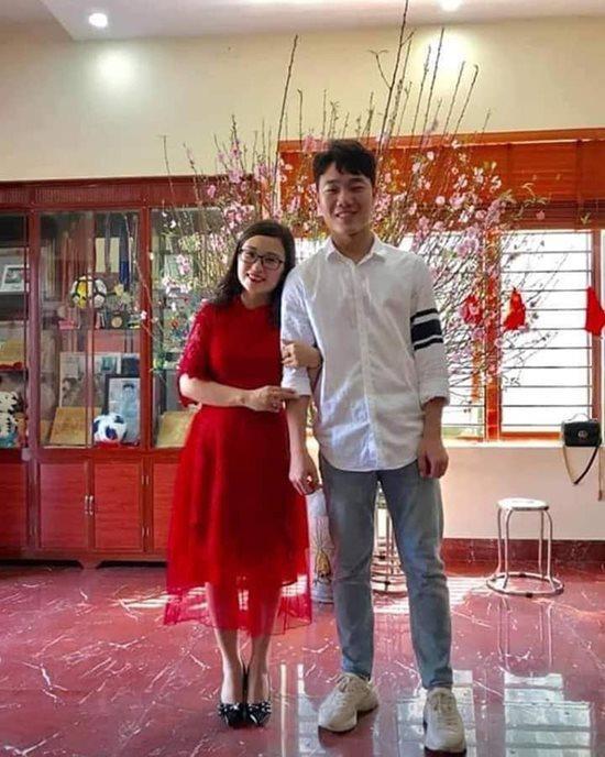 Lương Xuân Trường chưng diện combo áo sơ-mi trắng, quần jeans quen thuộc, đơn giản nhưng chưa bao giờ lỗi mốt.