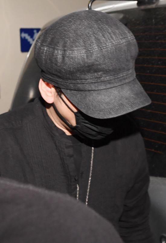 Yang Hyun Suk rời đồn cảnh sát sau 9 tiếng thẩm vấn