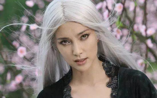 Sao Hoa ngữ với tạo hình mái tóc dài bạc trắng ảnh 5