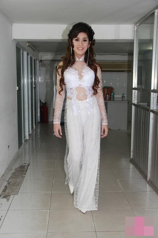 Lâm Khánh Chi cũng mắc lỗi hở hang quá mức với áo dài trắng.
