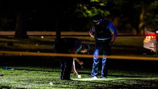 Cảnh sát đang kiểm tra hiện trường vụ xả súng ở Chicago.