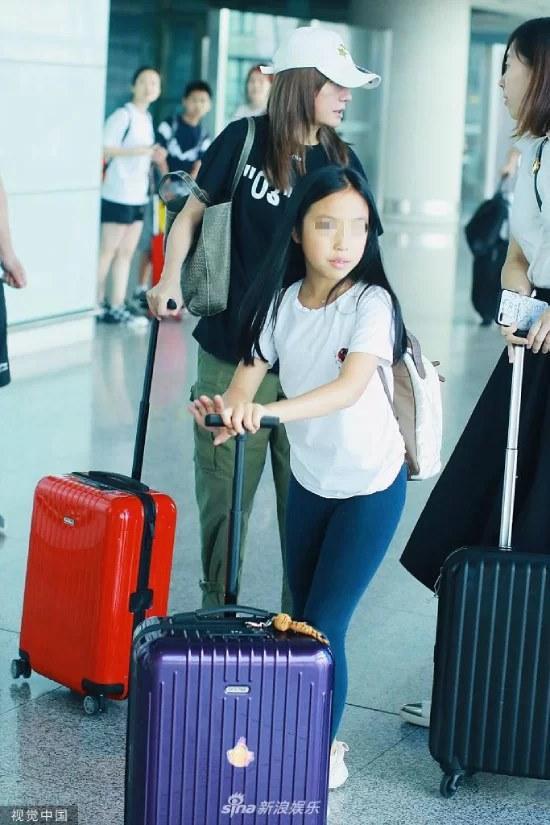 Con gái Triệu Vy nhận được nhiều lời khen khi tự đeo balo, kéo vali mà không cần sự trợ giúp của mẹ