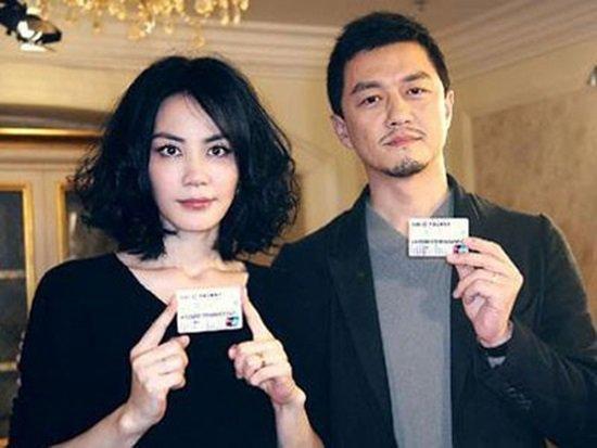 Trong khi Vương Phi nối lại tình xưa với người tình kém tuổi Tạ Đình Phong thì Lý Á Bằng vẫn một mình nuôi cô con gái chung của cả hai - Lý Yên