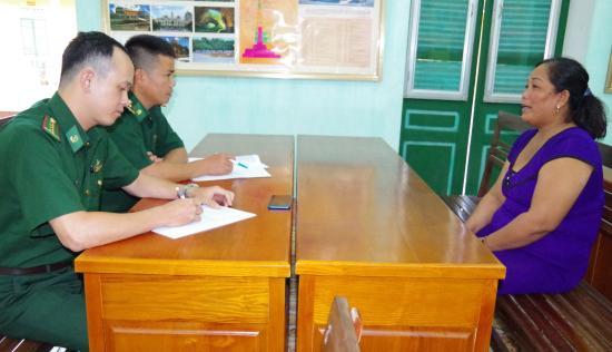 Cán bộ BĐBP Lạng Sơn đang lấy lời khai đối tượng Nguyễn Thị Xàng. (Ảnh: Báo Biên Phòng).