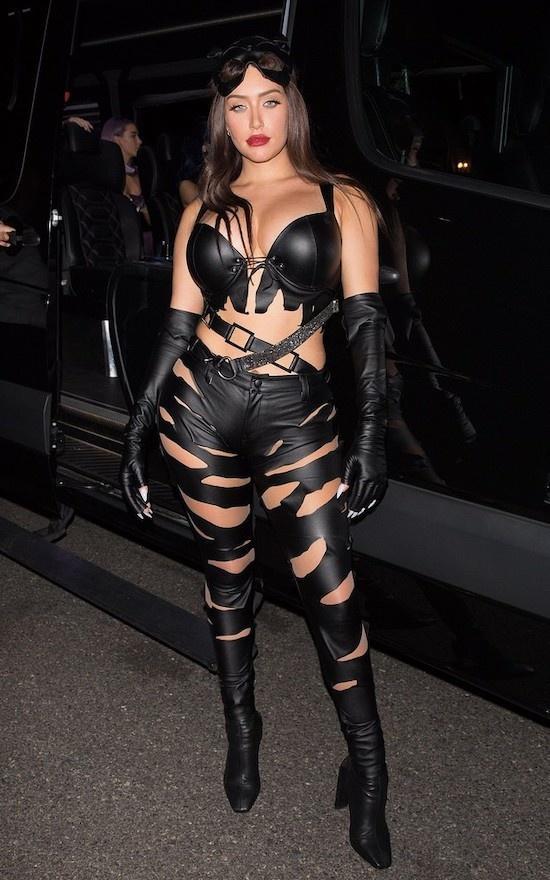 Người đẹp Anastasia Karanikolaou diện trang phục cut- out quyến rũ lấy cảm hứng từ nhân vật Cat Woman của hãng DC.