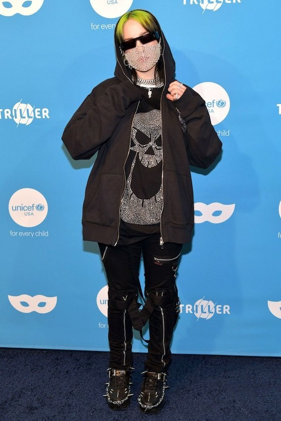 Nữ ca sĩ Billie Eilish trong trang phục Halloween khó hiểu với tấm màng kim cương che nửa mặt