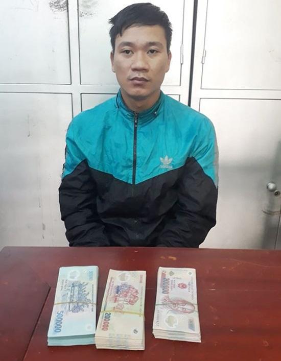 Phạm Văn Hậu và số tiền cướp của người phụ nữ cùng địa phương. Ảnh: báo Công lý