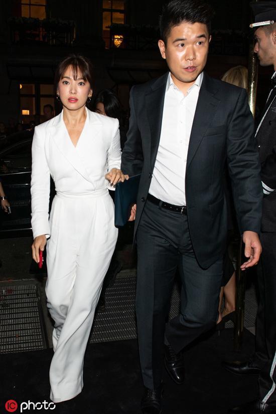 Song Hye Kyo Diễn diện thiết kế jumpsuit đơn sắc trong bộ sưu tập Xuân Hè 2019 của Ralph Lauren.
