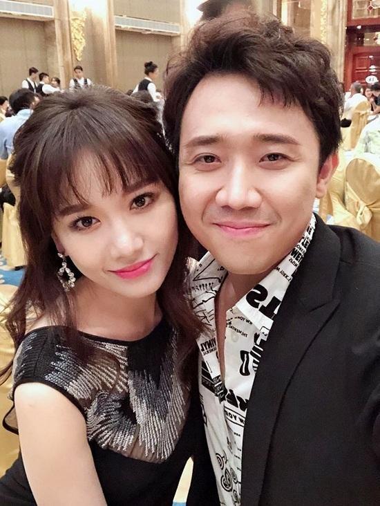 """Hát với Kim Thư nhưng Trấn Thành cũng không quên """"cà khịa"""" vợ mình."""