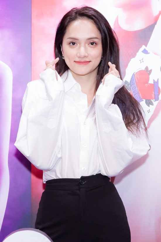 Cận cảnh nhan sắc của Hương Giang tại buổi ra mắt phim