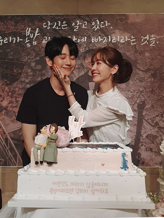Tập cuối Đêm xuân: Jung Hae In nói lời tạm biệt và cảm ơn, Han Ji Min mong fan tìm kiếm được tình yêu ảnh 4
