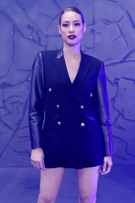 Đôi môi đỏ mận kết hợp cùng trang phục blazer sắc đen thời thượng chính là những gợi ý hay ho dành cho các nàng mong muốn mang hình ảnh ấn tượng khi xuất hiện.