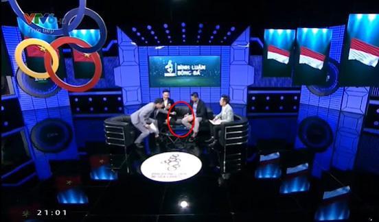 """Khỏanh khắc được cho là Quốc Khánh đang """"cứu nguy"""" cho khách mời"""