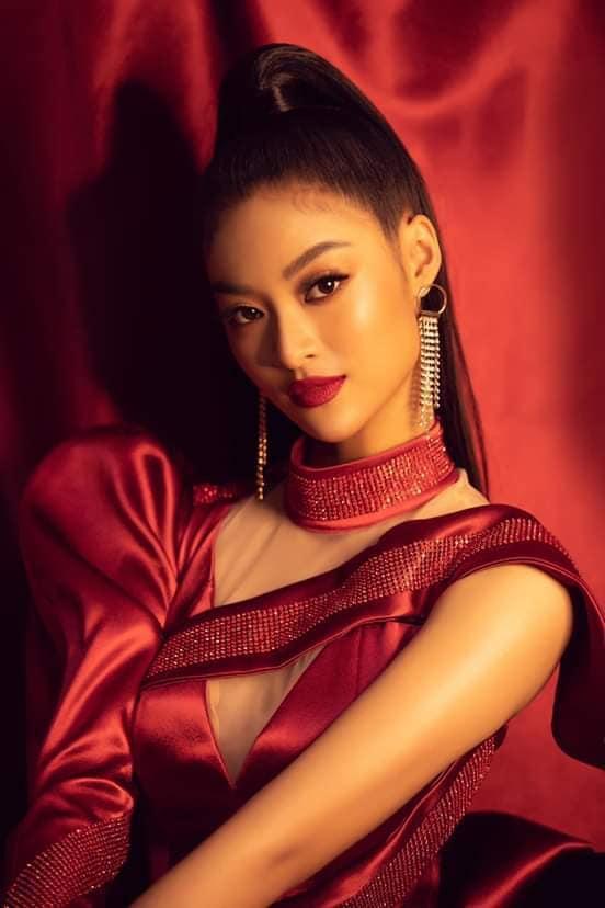 Á hậu Kiều Loan đẹp sắc sảo với phong cách trang điểm đậm ấn tượng.