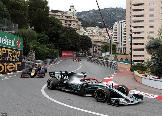 Dù giành chiến thắng, nhưng thật sự không hề dễ dàng khi Hamilton liên tục bị Leclerc và Hlkenberg bám sát, hay khi bị Verstappen va chạm ở sườn bánh trước bên phải vào phía sau Hamilton bên trái. Nhưng Hamilton đã vượt qua một cách an toàn và không bị tổn thương.Theo đó, vị trí thứ 2 thuộc về tay đua Sebastian Vettel thuộc đội Ferrari, và Valtteri Bottas với vị trí thứ 3. Đáng tiếc cho Verstappen khi chỉ về thứ tư khi trước đó,Verstappen đã bị một hình phạt năm giây treo trên người vì một pha xử lí không an toàn từ các hố, nên nếu có vượt qua người dẫn đầu cuộc đua, Verstappen vẫn có thể không được trao chiến thắng.