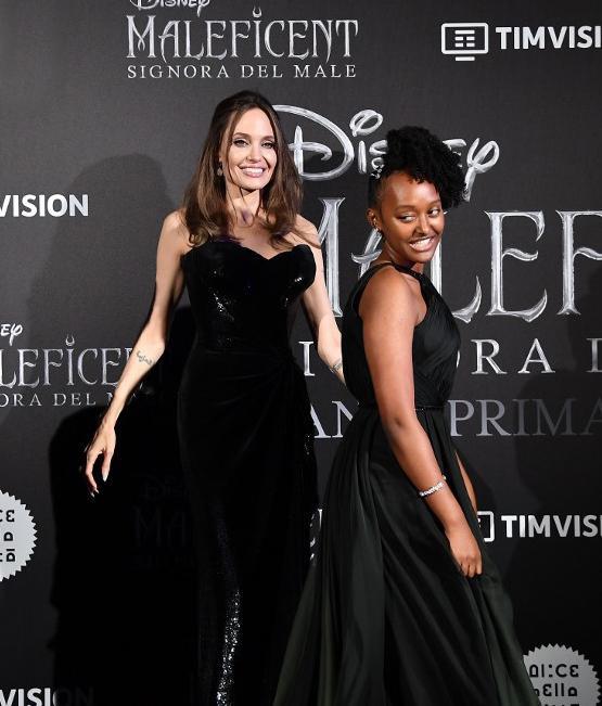 """Dù tháng 11 mới mở bán nhưng Zahara đã giới thiệu trước các món trang sức của mình tại thảm đỏ lễ ra mắt phim """"Maleficent: Mistress of Evil"""" ở nhiều nơi trên thế giới"""