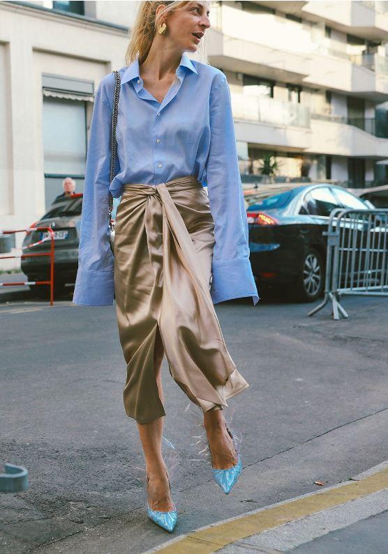 Chiếc áo sơ mi chuẩn công sở bỗng trở nên thời trang vô cùng khi được phối cùng chân váy cách điệu.