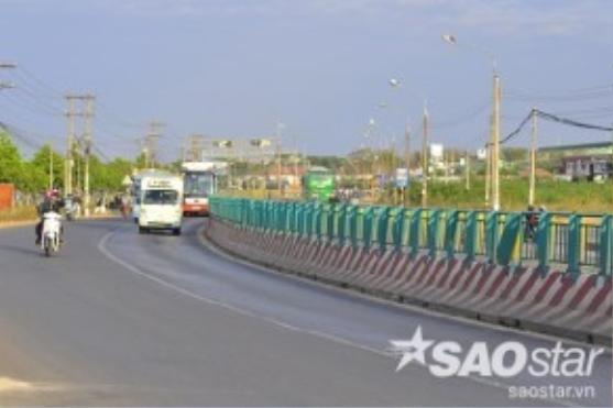 Quốc lộ 1A đoạn qua Khu công nghiệp Bàu Xéo (xã Đồi 61, huyện Trảng Bom, Đồng Nai) có nhiều khúc cua, đường hẹp, lượng phương tiện tham gia giao thông mỗi ngày lên đến hàng chục nghìn lượt nên cơ quan chức năng đã thiết lập dải phân cách cao gần 2 mét phân làn, đảm bảo an toàn giao thông.