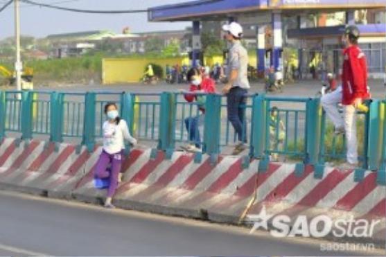 Tuy nhiên, nhiều công nhân trong khu công nghiệp này không muốn đi bộ đến các điểm cho phép qua đường mà chọn cách leo dải phân cách gần hơn. Nguy cơ tai nạn giao thông vì thế luôn rình rập trên tuyến đường này.