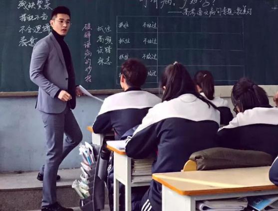 Hình ảnh về thầy giáo 'soái ca' đang gây 'bão' mạng xã hội xứ Trung.