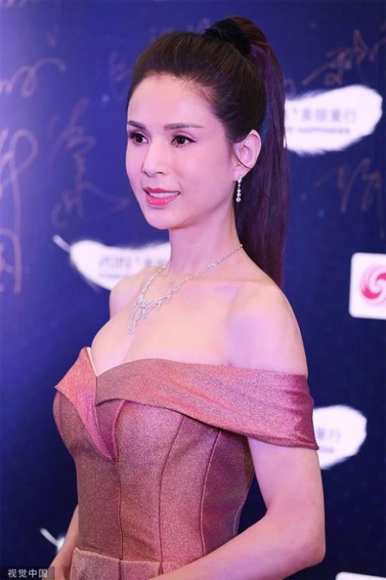 Tham dự sự kiện Lý Nhược Đồng khoe vai trần nuột nà và thềm ngực gợi cảm ở tuổi 46