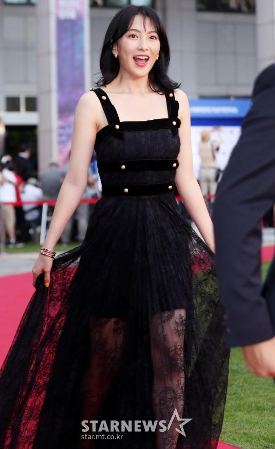 Thảm đỏ LHP Bucheon: Đọ sắc cùng loạt mỹ nhân vô danh khoe ngực, Goo Hye Sun  Lim Ji Yeon vẫn tỏa sáng ảnh 5