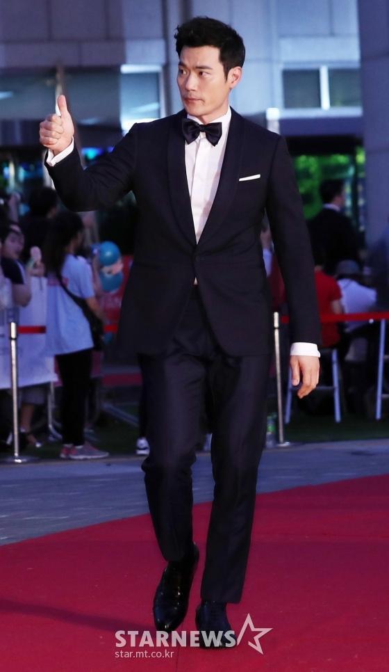 Thảm đỏ LHP Bucheon: Đọ sắc cùng loạt mỹ nhân vô danh khoe ngực, Goo Hye Sun  Lim Ji Yeon vẫn tỏa sáng ảnh 22