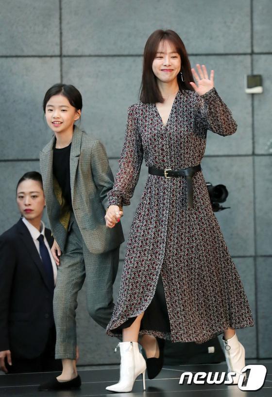 Han Ji Min và diễn viên nhí Kim Shi Ah