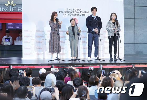 Vượt bão Kong-rey, Han Ji Min  Yoo Ah In, Joo Ji Hoon và Kim Go Eun gặp gỡ khán giả tại LHP Busan ngày 3 ảnh 3